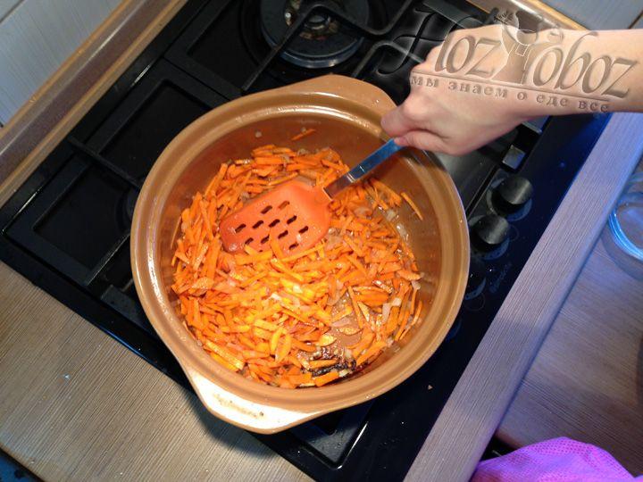 Теперь все тщательно перемешиваем и обжариваем до тех пор пока морковь не станет отдавать цвет