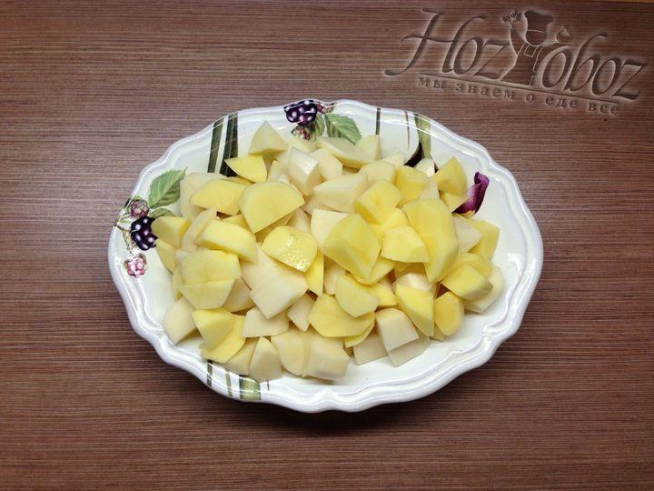 Пока тушатся овощи, следует прочистить и порезать картофель