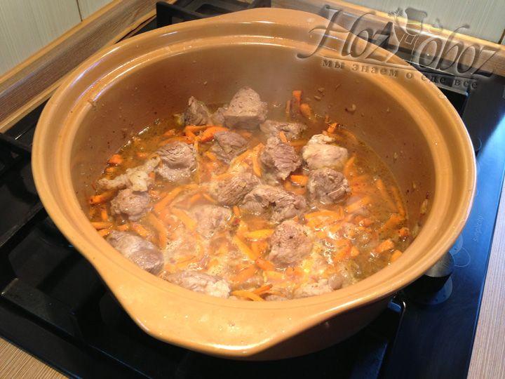 Залить воды необходимо столько, чтобы она покрыла овощи и мясо