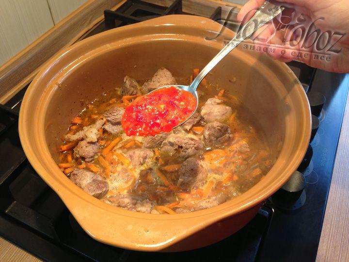 Теперь добавим аджику, лечо или соус пири-пири и все перемешаем