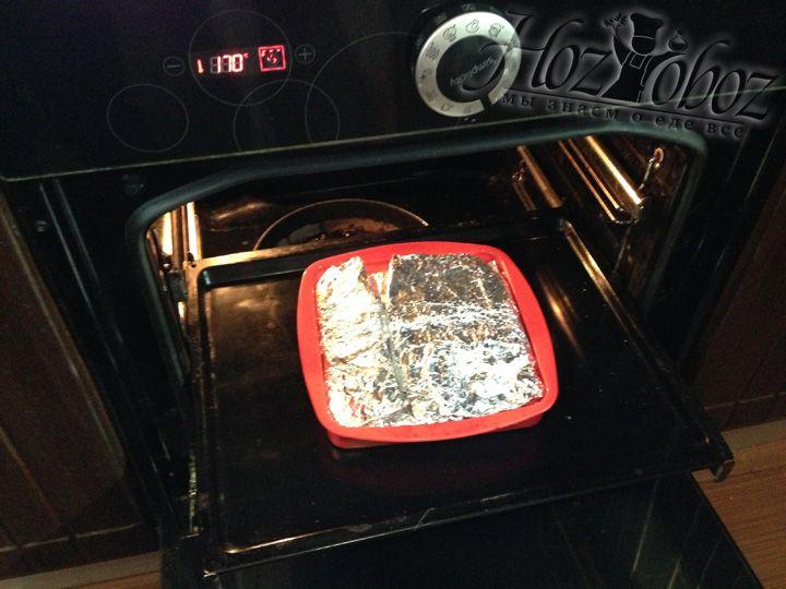 Затем нагреваем духовку до 170-180 градусов и помещаем в нее курицу в фольге примерно на 30-40 минут