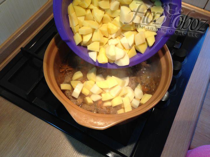 Когда овощи с мясом потушатся, следует добавить картофель