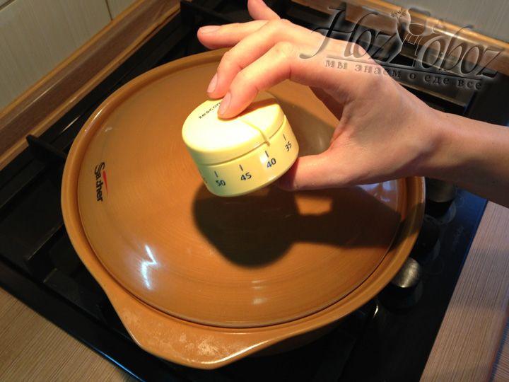 Далее рецепт рекомендует накрыть жаркое крышкой и тушить не менее 40 минут