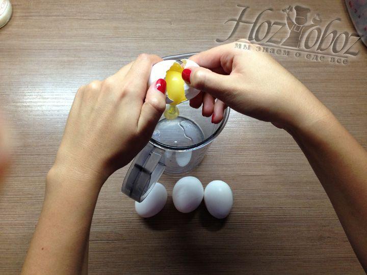 Разбиваем яйца в емкость для блендера