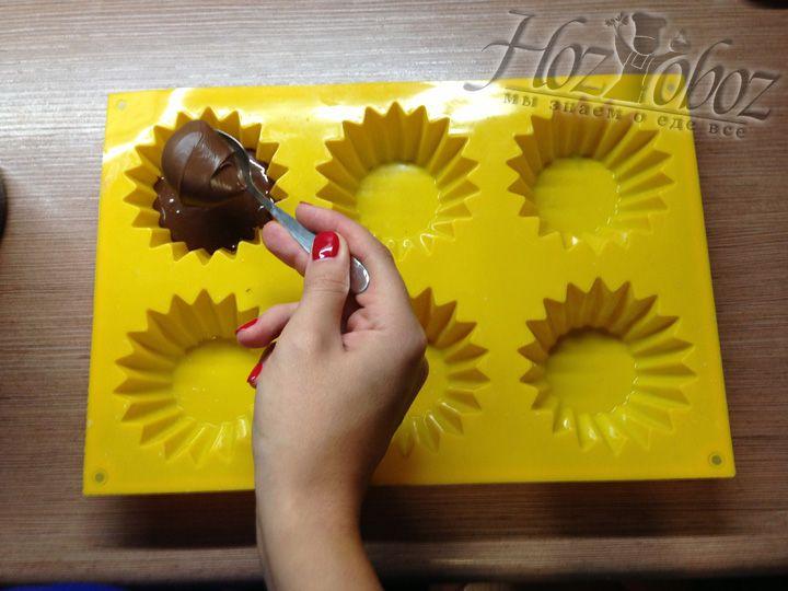 В каждую емкость для кекса кладем вначале по 1 столовой ложке теста