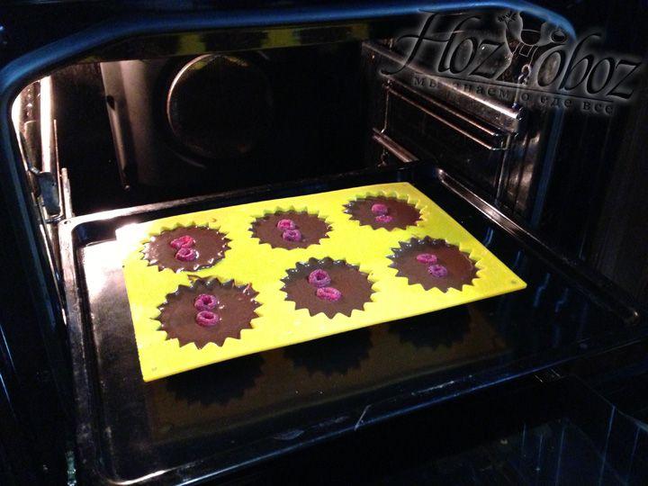 Разогреваем духовку на 180 градусов и помещает кексы внутрь примерно на 10-12 минут