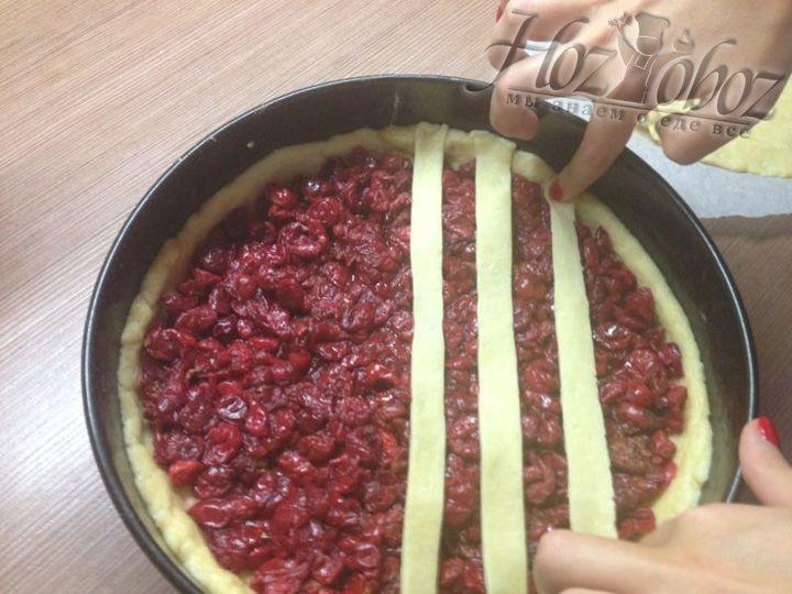 Этот круг нарезаем полосками по всей длине, чтобы перенести их на поверхность пирога как на фото