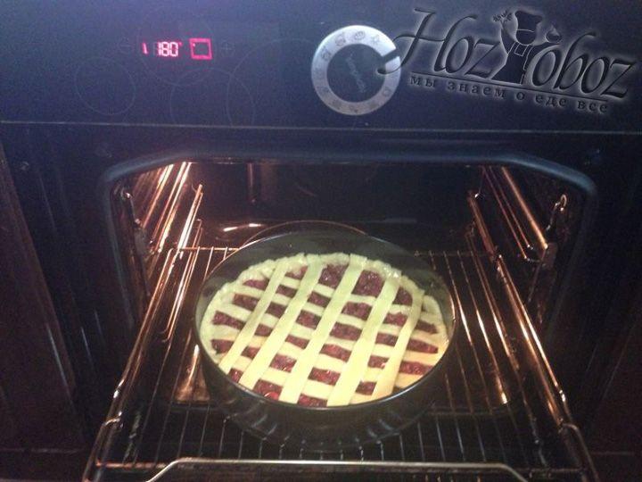 Разогреваем духовку до 180 градусов и ставим выпекаться пирог на 30 минут