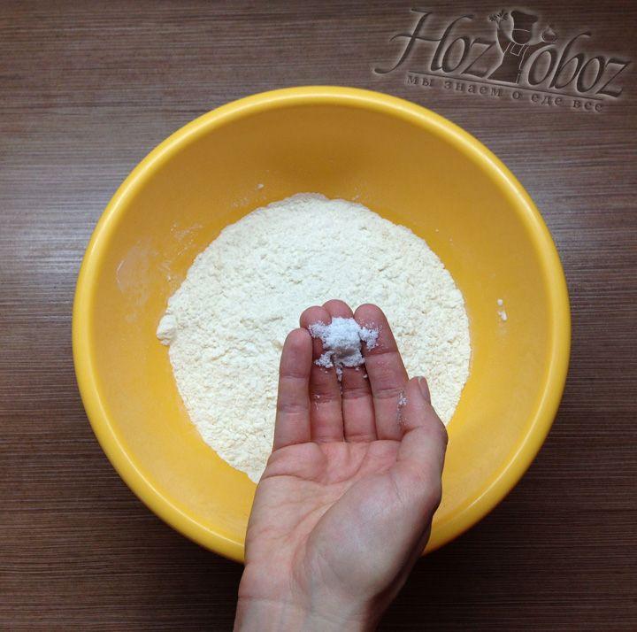 Добавляем соль к муке
