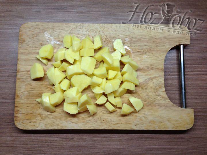 Режем картошку кусочками, так она быстрей свариться
