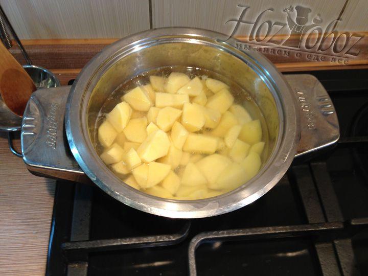 Как только вода вскипит, бросаем в нее картофель