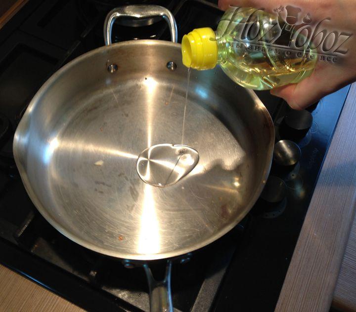 Ставим на огонь сотейник и наливаем немного растительного масла