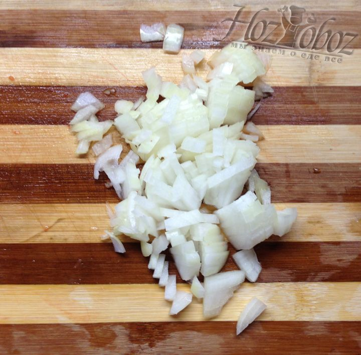 Берем одну луковицу и мелкими кусочками нарезаем