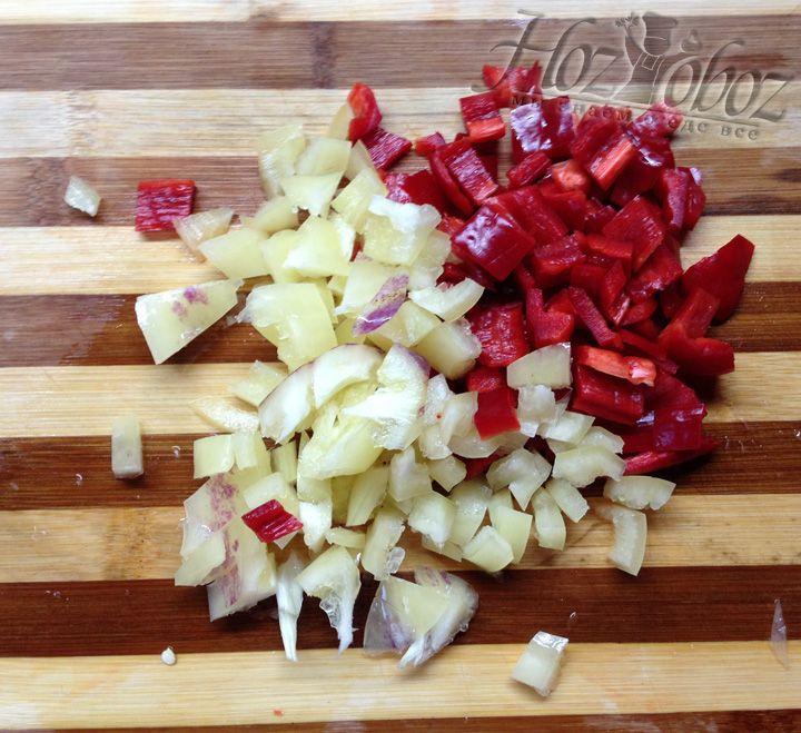 Нарезаем кубиками два стручка перца