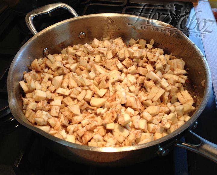 На образовавшийся от мяса жир бросаем кусочки мякоти баклажанов и тщательно обжариваем до того момента пока они не станут мягкими