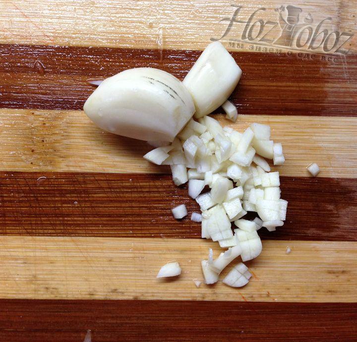 Чистим два зубка чеснока и очень мелко нарезаем их