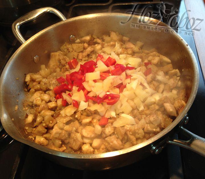 Нарезанный перец добавляем в баклажаны и тушим вместе примерно 3 минуты