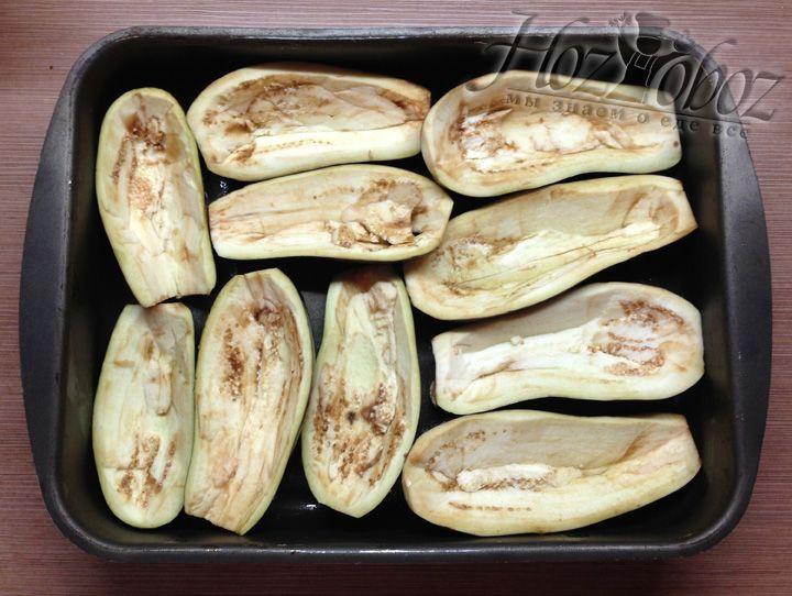 В форму для выпечки выкладываем пустые половинки баклажан
