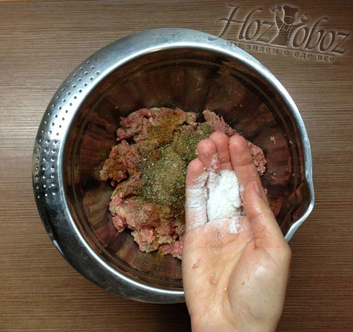 На кончик языка пробуем фарш на вкус и добавляем соль по необходимости и личному вкусу
