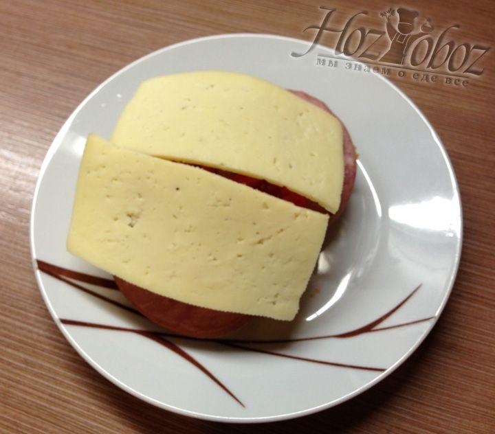 Теперь выкладываем сверху сыр и отправляем все в микроволновую печь