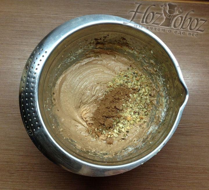 Измельчаем орехи и добавляем в тесто и снова перемешиваем