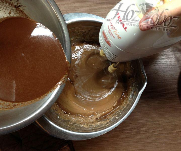Потом глазурь следует добавить в уже подготовленное тесто, при этом постоянно взбивая его миксером