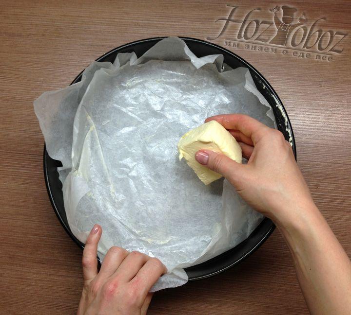 Форму для выпечки необходимо застелить бумагой и смазать маслом