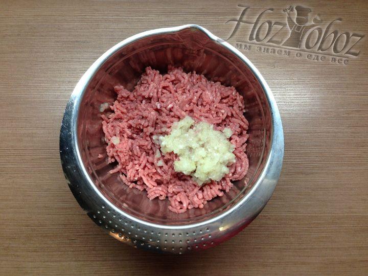 После мяса перекручиваем в эту же миску репчатый лук