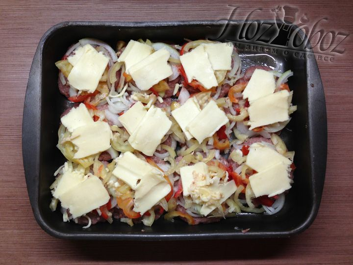 """Режем сыр """"сулугуни"""" толстыми кусками и делаем из двух третьих количества сыра верхний слой начинки"""