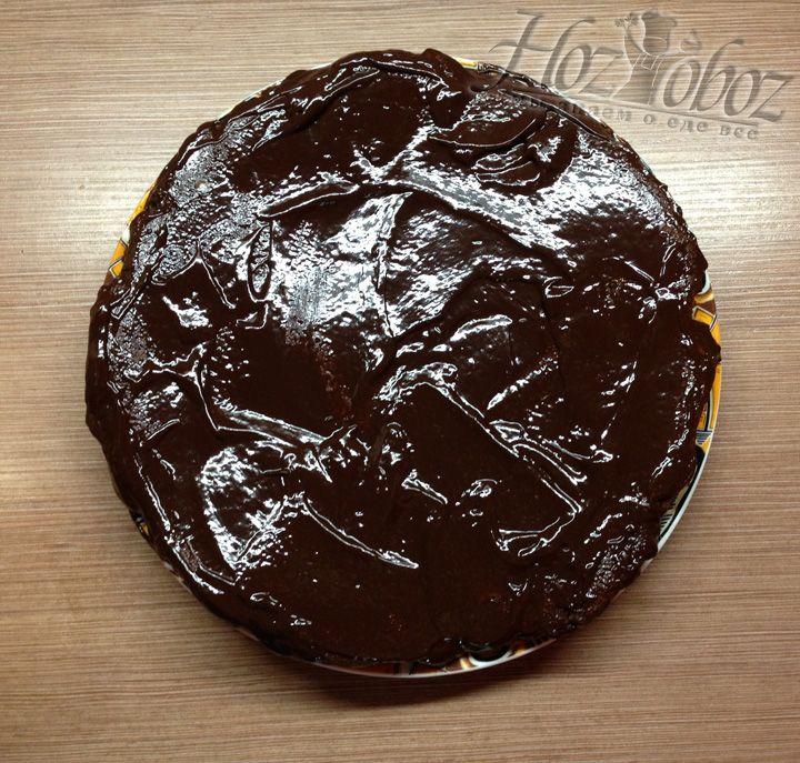 Получиться густая глазурь и ею смазываем торт со всех сторон