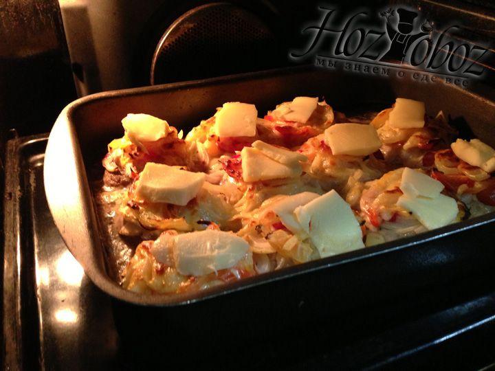 Достаем форму из духовки и раскладываем на бифштексы оставшийся сыр