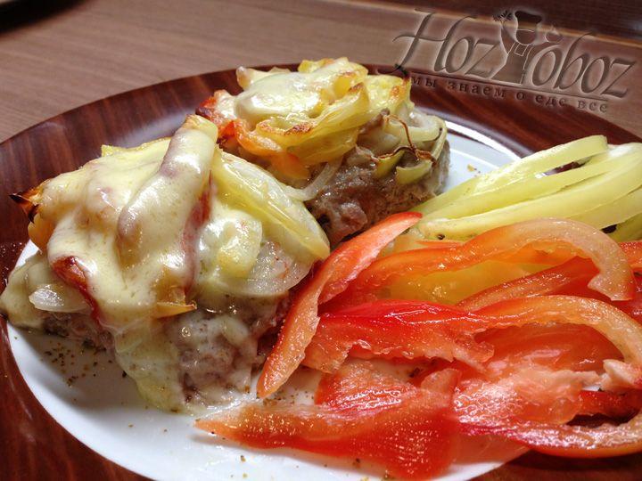 Подавайте бифштексы на стол горячими, чтобы сыр на застыл