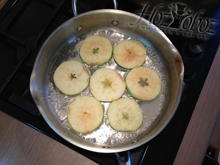 В сироп из воды и сахара раскладываем нарезанные яблоки