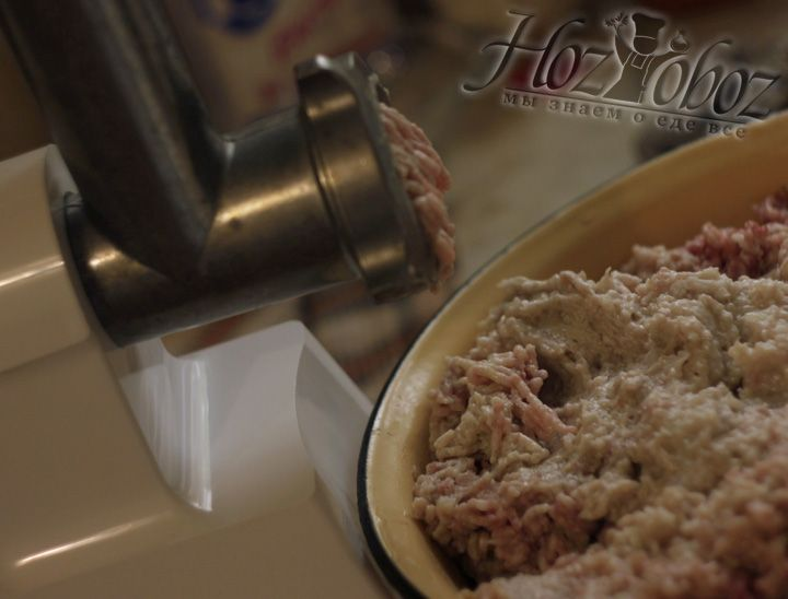 Теперь перекручиваем все подготовленные ингредиенты в мясорубке несколько раз