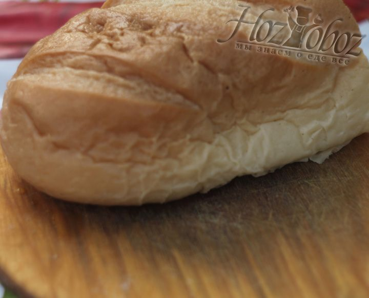 Белый хлеб, заранее замоченный в воде также пропускаем через мясорубку