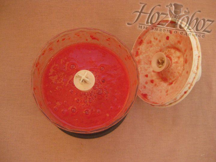 Теперь измельчаем помидоры