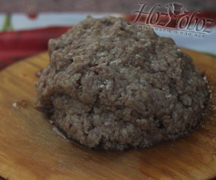 Берем готовый фарш и формируем небольшие мясные пирожки