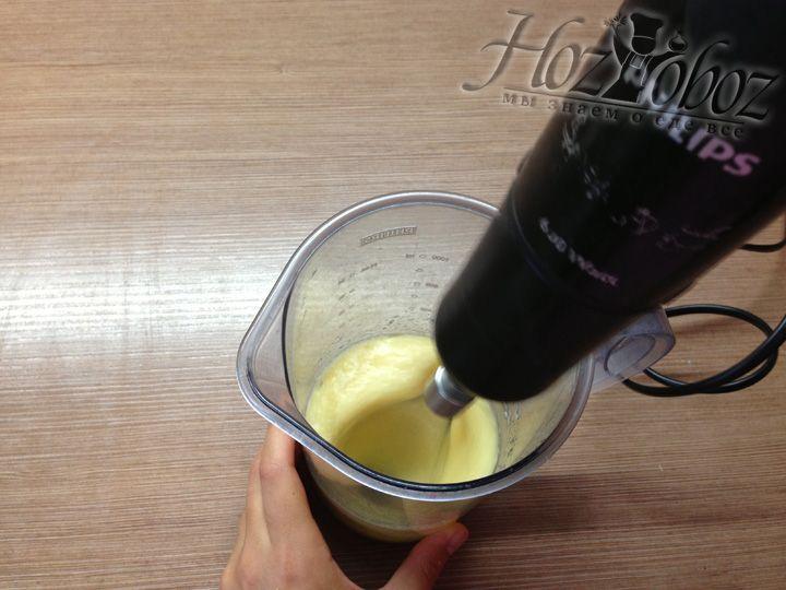 Переливаем все в чашу для блендера и с его помощью все тщательно перемешиваем