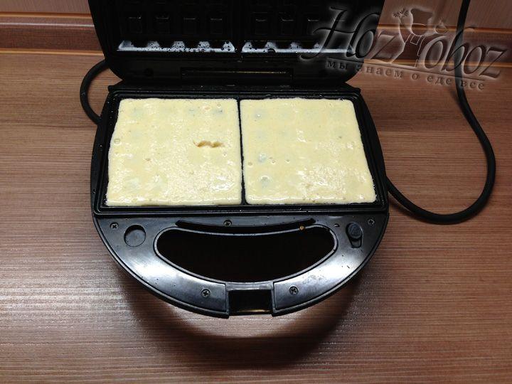 Наливаем тесто в вафельницу и крепко закрываем