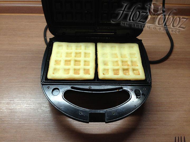 Спустя 5 минут открываем вафельницу и переворачиваем вафли на другую сторону