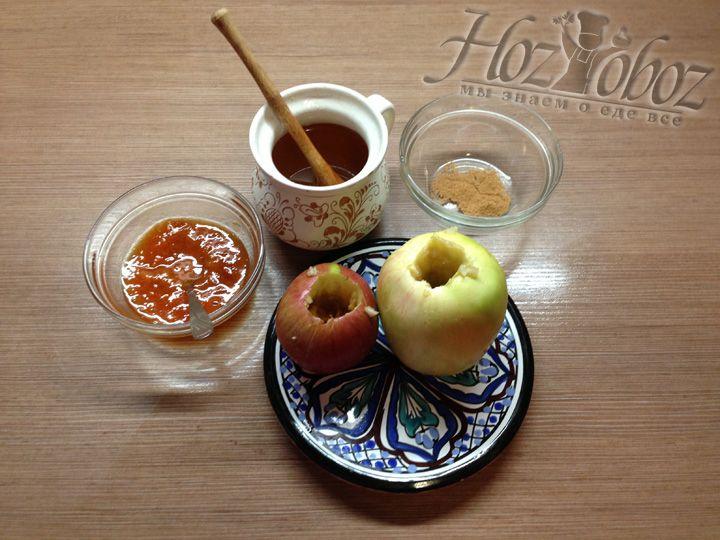 Моем яблоки и вычищаем сердцевину
