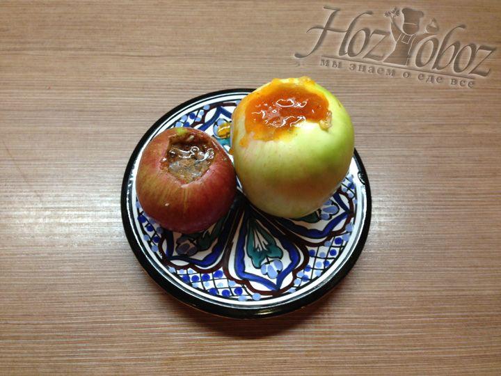 Выкладываем яблоки на керамическую тарелку