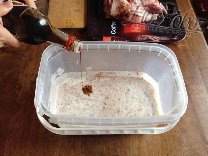 Наливаем соевый соус