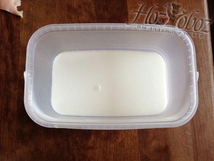 Для начала нам понадобиться нежирный кефир или йогурт
