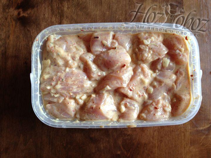 Все тщательно перемешиваем и добавляем куриное филе