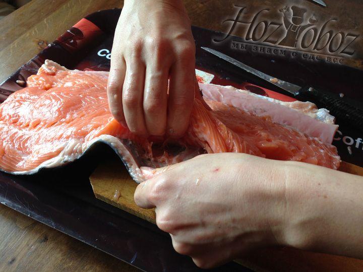 Отделяем шкуру от мяса семги стараясь жир оставить на коже рыбы