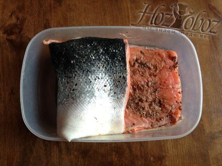 Когда рыба замаринована складываем ее вдвое мясом внутрь и помещаем в лоток мариноваться