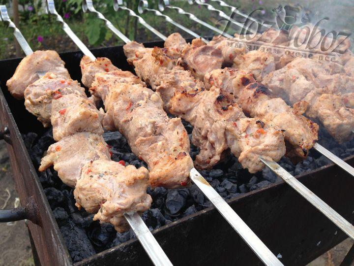 Одеваем мясо на шампура и помещаем на мангал с готовым жаром