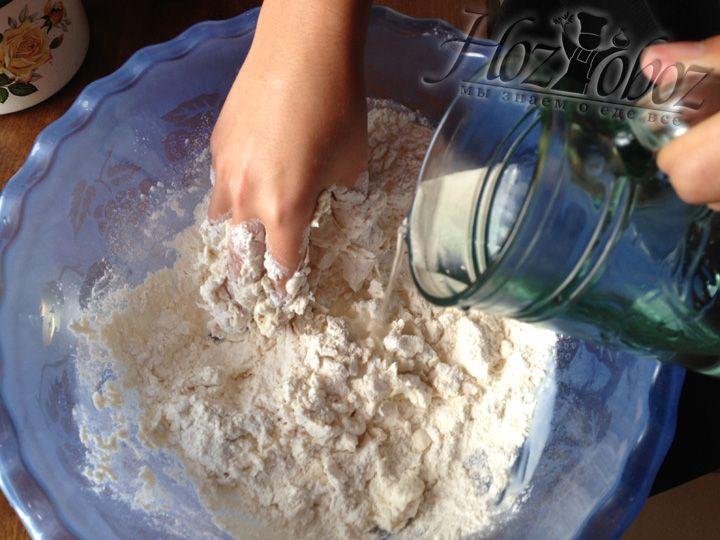 После того как все ингредиенты перемешаны добавляем воду