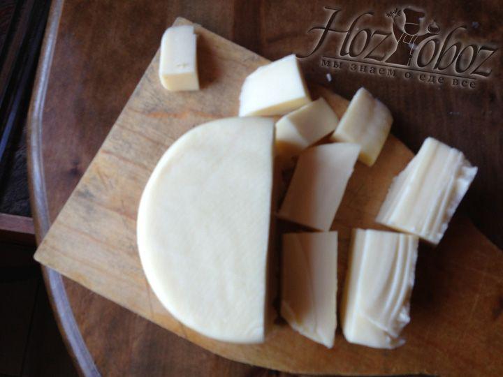 Сыр сулугуни нужно нарезать такими кусками, чтобы их было удобно надевать на шампура
